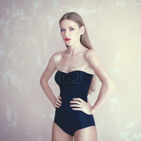 时尚的泳装美丽的年轻女人的照片